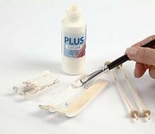 Namaľujte drevené lyže a paličky