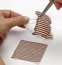 Vložte nastrihané štvorčeky vzorovaného filcu