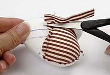 Prebytočný filc odstrihnite nožnicami, nevtláčajte všetok dnu